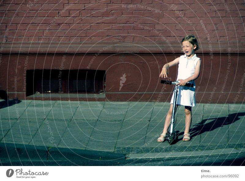 Woedend Meisje (Amsterdam style) Farbfoto Außenaufnahme Morgendämmerung Keller Mädchen Straße Kleid Wut Ärger Bordsteinkante Niederlande Gesichtsausdruck
