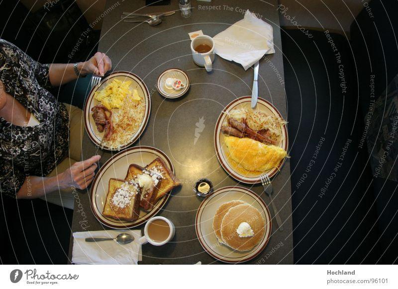 breakfast in Amerika Frau Essen Tisch Kaffee genießen Brot Frühstück lecker Ei Teller Fett Vitamin Gefäße Gabel Löffel