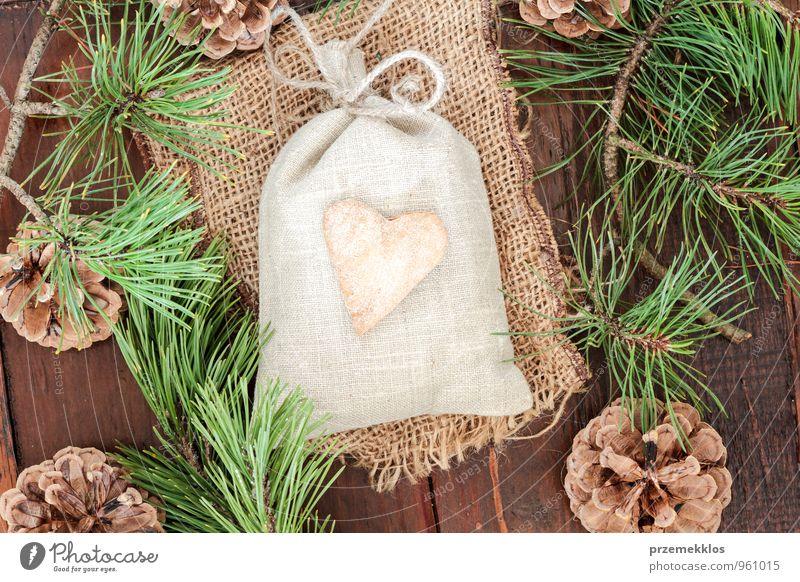 grün natürlich Holz Lifestyle Feste & Feiern Dekoration & Verzierung authentisch einzeln Herz Geschenk einzigartig Kultur Seil Schnur Jahreszeiten Stoff