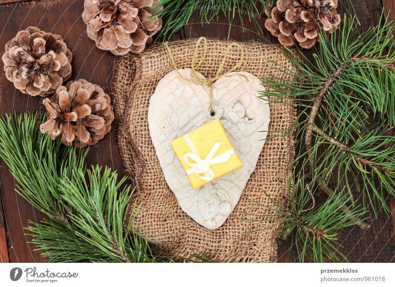grün gelb natürlich Holz Lifestyle Feste & Feiern braun Dekoration & Verzierung authentisch einzeln Herz Geschenk einzigartig Jahreszeiten Stoff Zweig