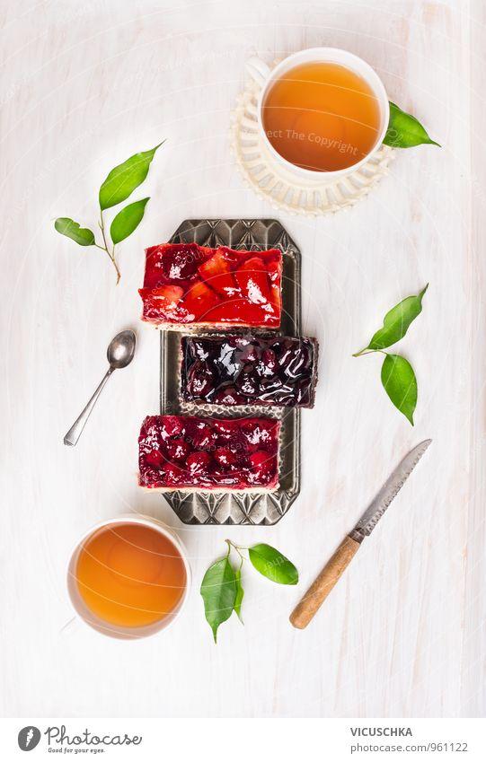 Kuchen mit verschiedenen Früchten und Tassen mit Tee Gesunde Ernährung Lebensmittel Lifestyle Frucht Design frisch Getränk Süßwaren Bioprodukte Beeren Teller