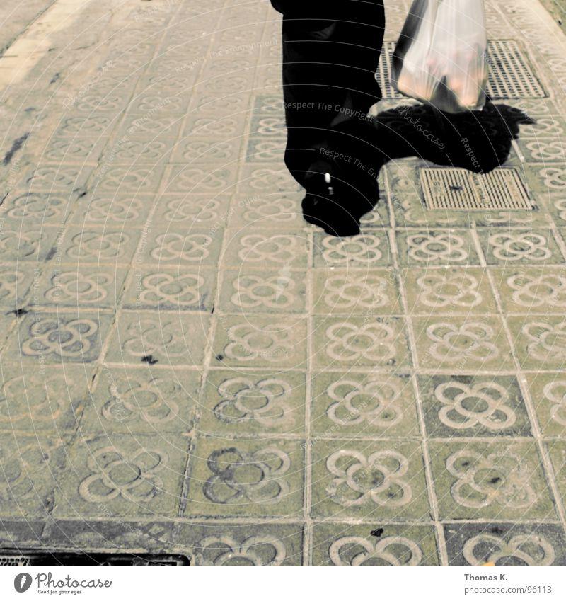 Still Walking Bürgersteig Mauer Fassade Hose Hemd Spaziergang kaufen gehen verfolgen Gully Verkehrswege gehsteig Stein Fliesen u. Kacheln Beine Fuß sackerl