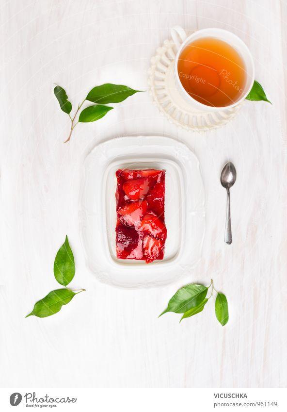 Kuchen mit frischen Erdbeeren und eine Tasse Tee Gesunde Ernährung Stil Feste & Feiern Lebensmittel Freizeit & Hobby Frucht Design Ernährung Getränk Küche Süßwaren Bioprodukte Tee Frühstück Kuchen Tasse