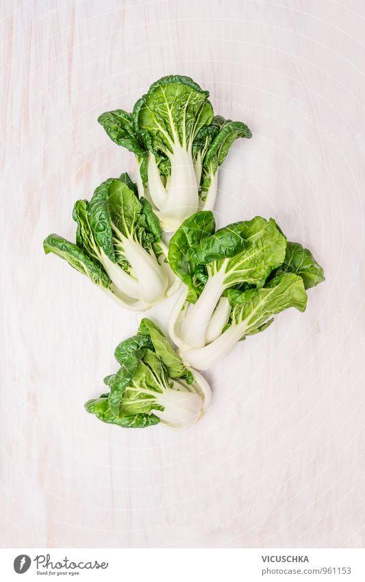 Baby Pak Choi Kohl auf weißem Holztisch Lebensmittel Gemüse Salat Salatbeilage Ernährung Bioprodukte Vegetarische Ernährung Diät Natur Design Hintergrundbild