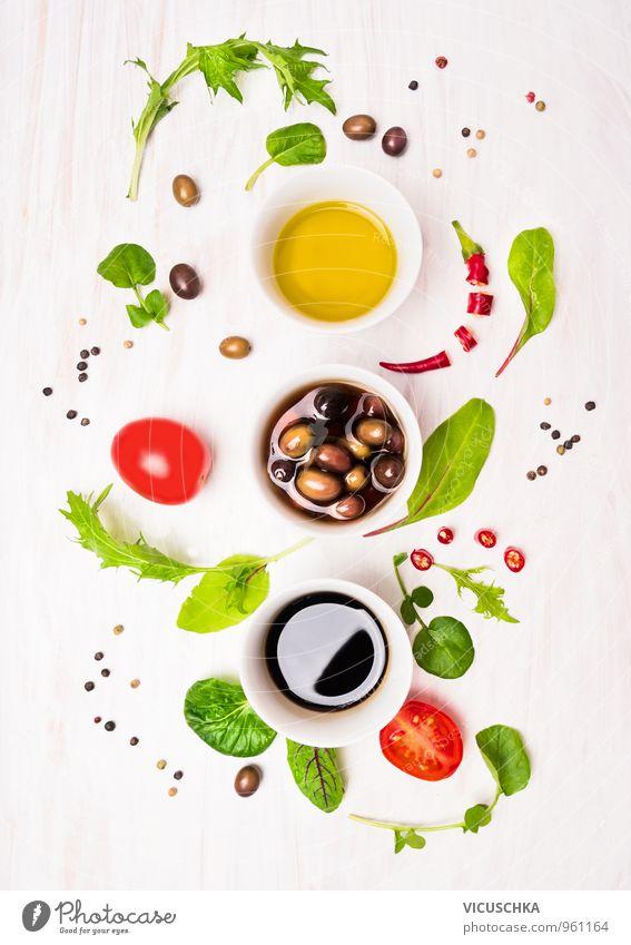 Salat Vorbereitung mit Dressings, Oliven, Wildkäuter,Chili, Öl Lebensmittel Gemüse Salatbeilage Kräuter & Gewürze Ernährung Mittagessen Abendessen Büffet Brunch
