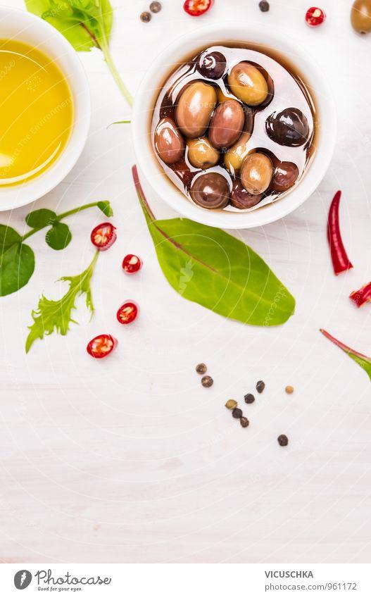 Oliven in weißen Schüssel mit Gewürzen und Wildkräutern Natur grün Blatt Gesunde Ernährung Hintergrundbild Lebensmittel Design Fitness Kräuter & Gewürze