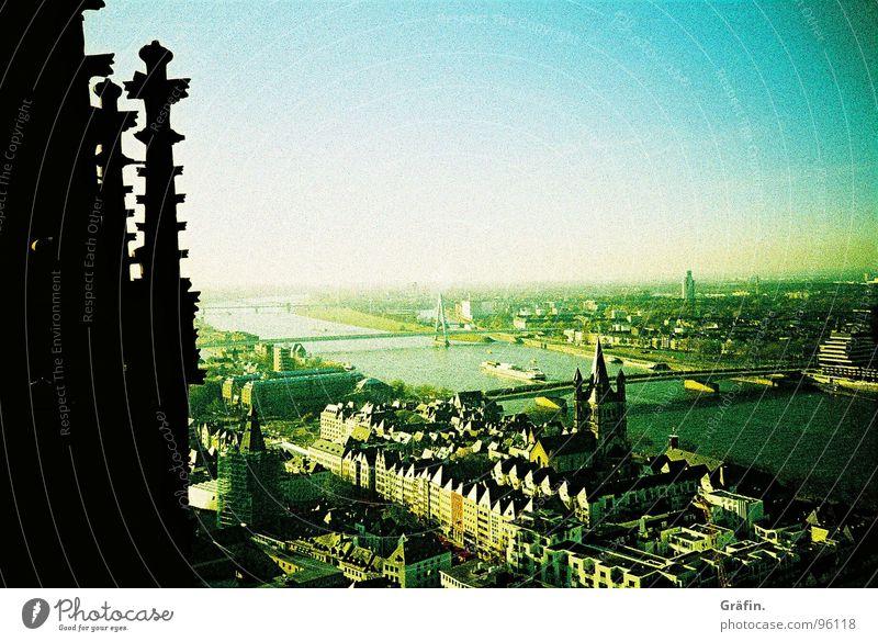 Blick hinab Himmel grün blau schwarz Ferne Straße Stein Gebäude Religion & Glaube Horizont Aussicht Dach Dekoration & Verzierung Klarheit Köln Denkmal