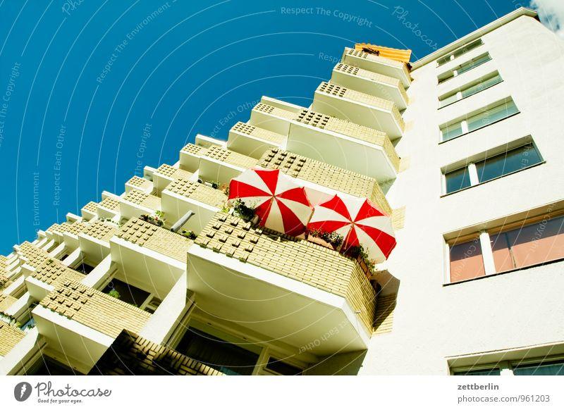 Sommer am Balkon Himmel Ferien & Urlaub & Reisen Stadt Haus Fenster Wärme Stadtleben mehrere Hochhaus paarweise Textfreiraum viele Wohnhaus Wohnhochhaus