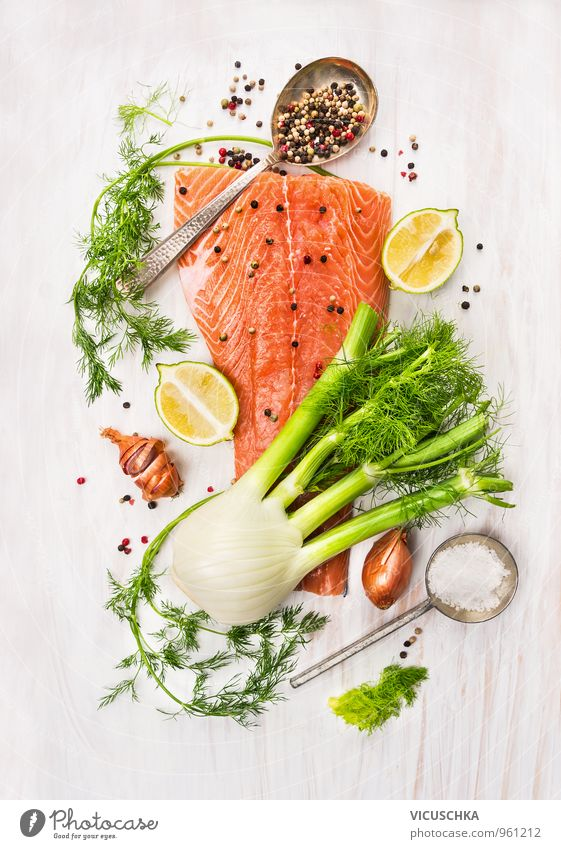rohe Lachs Filet , Fenchel , Dill, Zitrone und Zwiebel Lebensmittel Fisch Gemüse Kräuter & Gewürze Ernährung Mittagessen Abendessen Bioprodukte