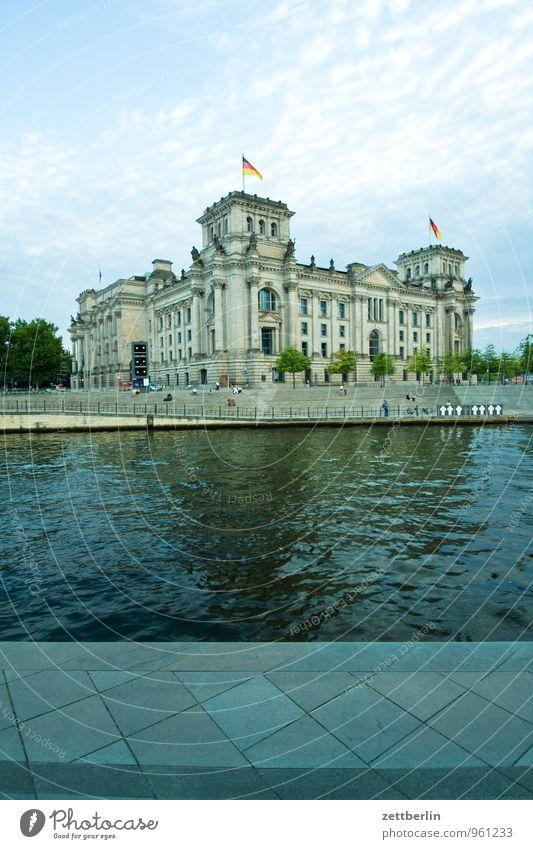 Deutscher Bundestag Architektur Berlin Hauptstadt Regierungssitz Regierungspalast Spreebogen Fluss Kanal Wasser Parlament Fassade Gebäude Wahrzeichen