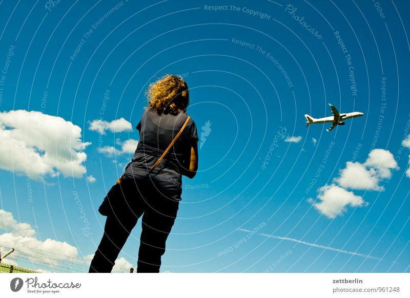 Unter den Wolken Abheben Flugzeugstart Ferne Fernweh fliegen Luftverkehr Flughafen Flugplatz Frau Grenze Kumulus Himmel Perspektive Ferien & Urlaub & Reisen