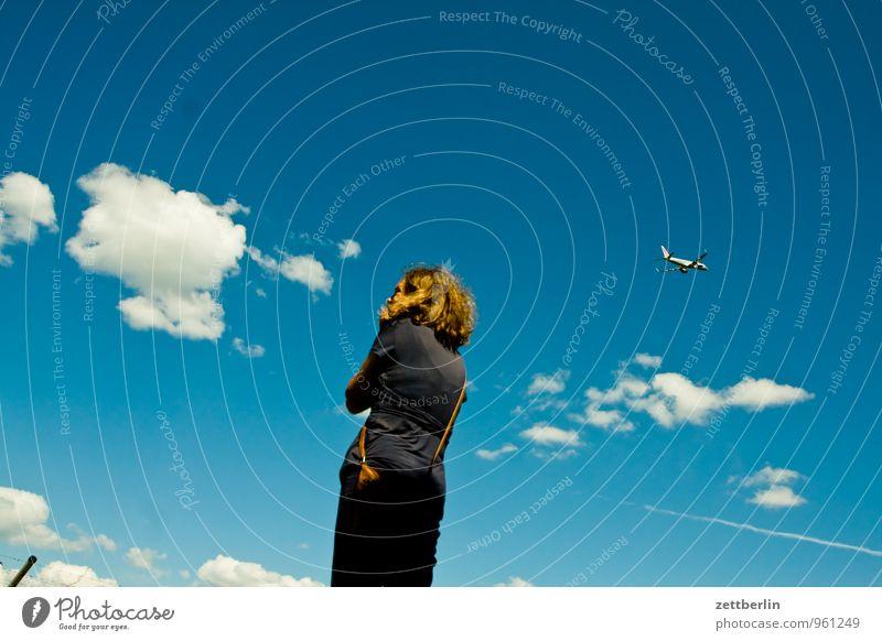 Reisepläne Abheben Flugzeugstart Ferne Fernweh fliegen Luftverkehr Flughafen Flugplatz Frau Grenze Kumulus Himmel Perspektive Ferien & Urlaub & Reisen