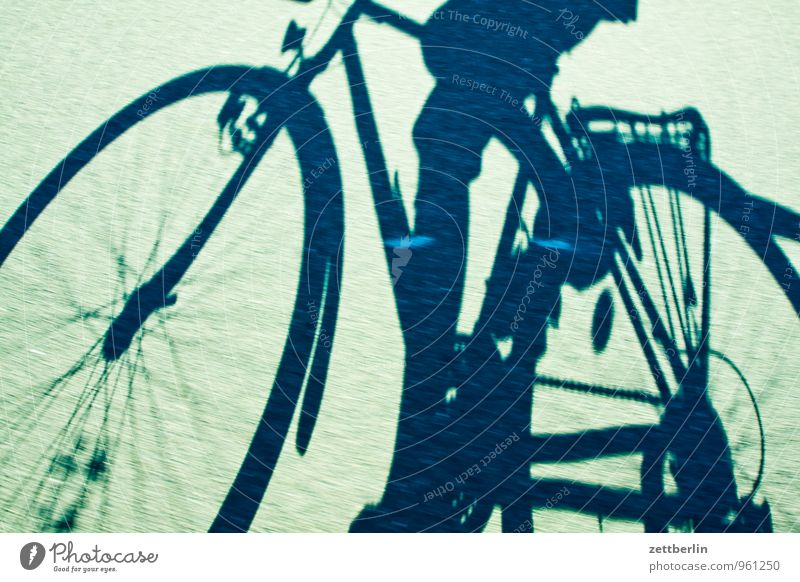 Fahrrad Asphalt Dynamik Fahrradfahren Fahrradtour Fahrradweg Rennsport Schatten Geschwindigkeit Ferien & Urlaub & Reisen Unschärfe wallroth Personenverkehr