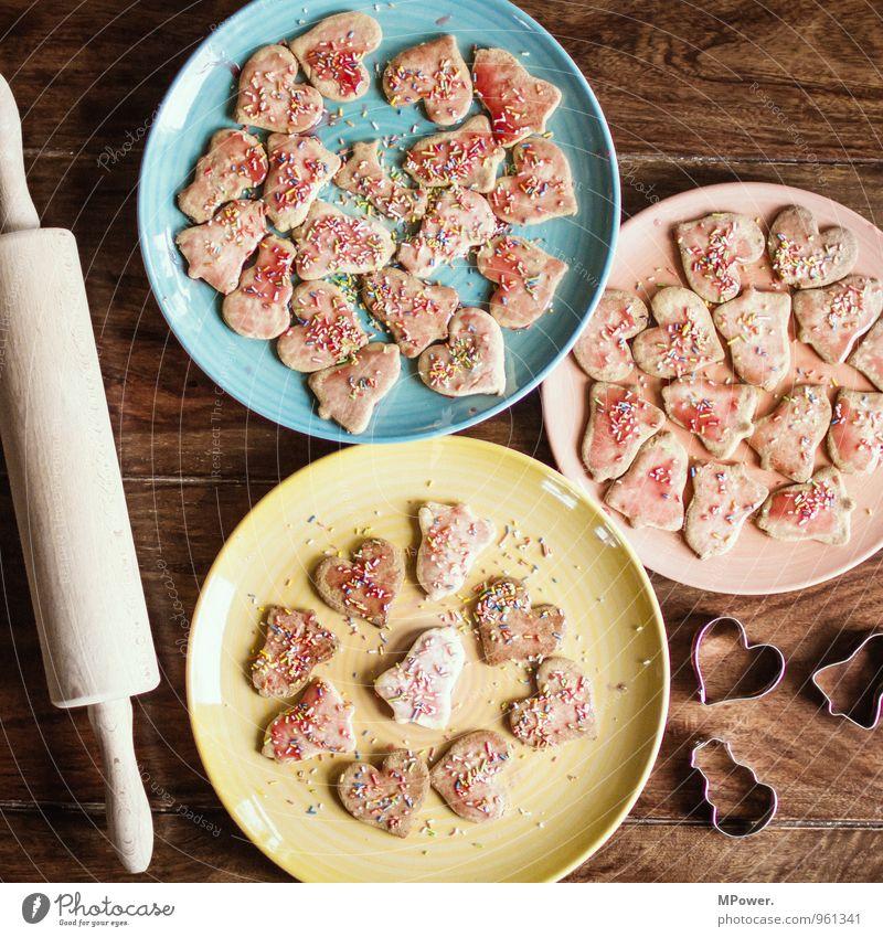 weihnachtsgebäck Lebensmittel Süßwaren Ernährung Essen Bioprodukte Fressen süß Keks Weihnachten & Advent Teller mehrfarbig herzförmig Streusel Nudelholz Holz