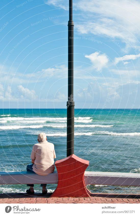 Der alte Mann und das Meer Mensch maskulin Erwachsene Männlicher Senior Großvater Leben Rücken 1 60 und älter Himmel Wolken Schönes Wetter Wellen Küste sitzen