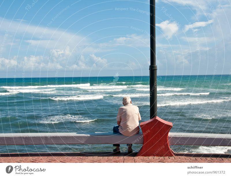 Der alte Mann und das Meer Mensch Himmel Einsamkeit Erwachsene Traurigkeit Senior Küste Horizont maskulin nachdenklich Wellen authentisch sitzen
