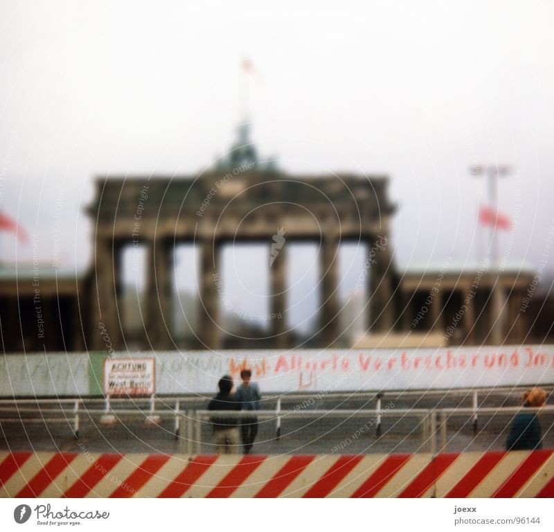 … und raus bist du! III Mensch Frau Mann alt Erwachsene Wand feminin Traurigkeit Berlin Freiheit Mauer Paar träumen maskulin trist Wandel & Veränderung