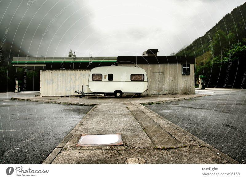 wohnwagen Ferien & Urlaub & Reisen Wolken kalt Berge u. Gebirge Regen nass Pause feucht Parkplatz Halt Tankstelle schlechtes Wetter