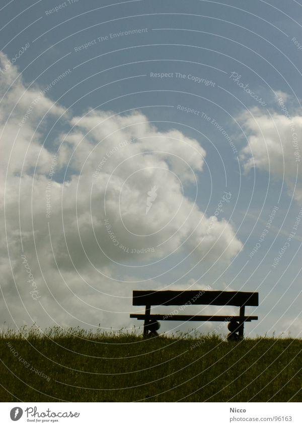 Ruheplätzchen Wolken Gras Holz morsch Deich Wiese grün Halm Park Parkbank Meer Luft Landkreis Friesland Ostfriesland ruhig dunkel Pause Erholung