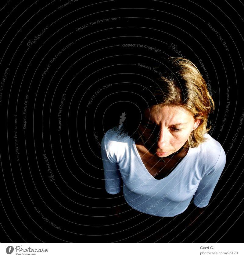 womans world Frau Dekolleté feminin T-Shirt weiß Porträt Scheitel Vogelperspektive stehen verloren Einsamkeit schwarz Stimmung dunkel Laune tief Denken