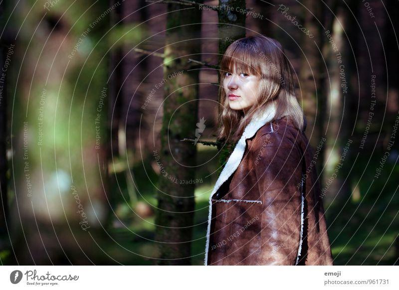 im Wald Mensch Natur Jugendliche Junge Frau 18-30 Jahre dunkel Umwelt Erwachsene Herbst feminin natürlich