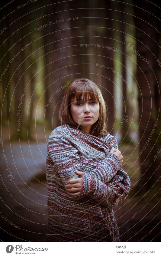 im Dunkeln feminin Junge Frau Jugendliche 1 Mensch 18-30 Jahre Erwachsene Umwelt Natur Landschaft Herbst Wald dunkel Farbfoto Gedeckte Farben Außenaufnahme