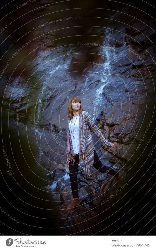 dunkel. feminin Junge Frau Jugendliche 1 Mensch 18-30 Jahre Erwachsene Umwelt Natur Herbst schlechtes Wetter Felsen kalt Vignettierung Farbfoto Außenaufnahme