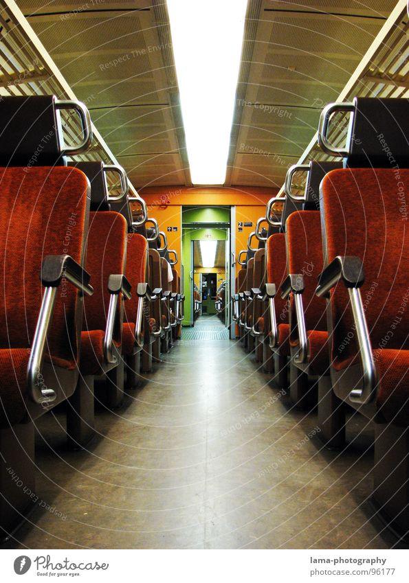 Verlassen alt Ferien & Urlaub & Reisen Einsamkeit Ferne dunkel Wege & Pfade Linie Beleuchtung orange Angst Rücken Verkehr Eisenbahn leer retro fahren