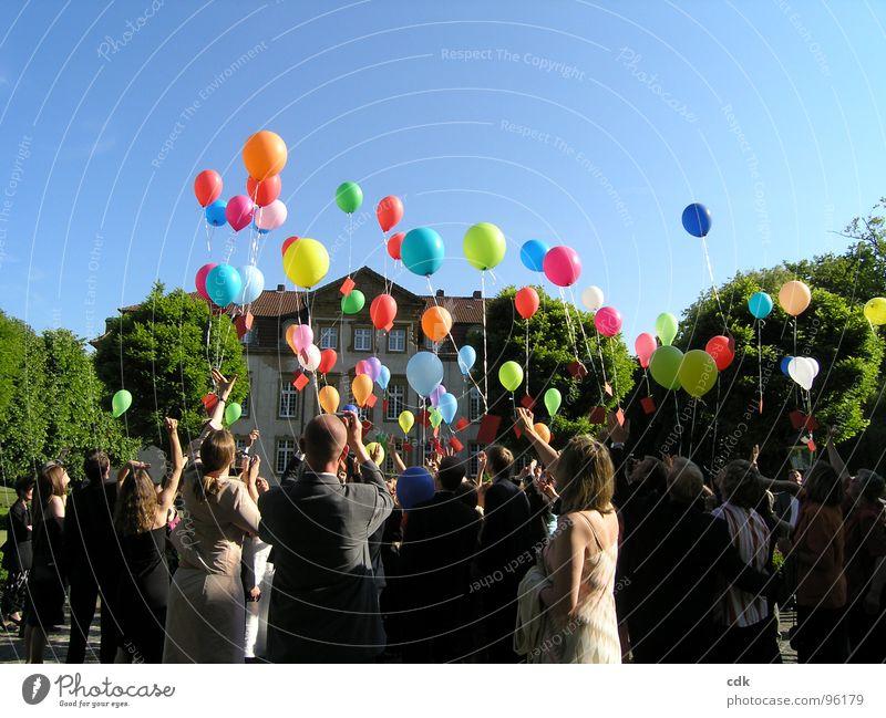 Luftpost... Teil I Hochzeitsgesellschaft Gesellschaft (Soziologie) Zusammensein gleichzeitig Menschenmenge Luftballon Information Brief Wunsch Versprechen Post
