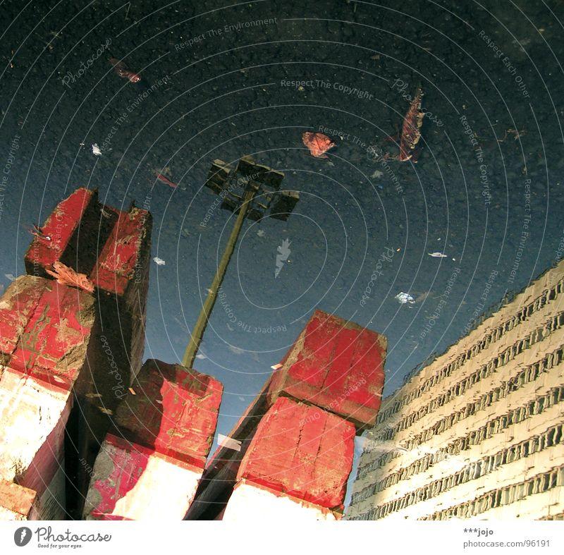 rot-weiß berlin Alexanderplatz Pfütze Laterne Reflexion & Spiegelung 2 Baustelle Berlin Wasser modern Stadt reflektion Doppelbelichtung Hauptstadt