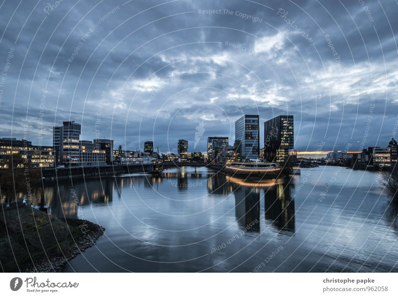 Blue Hour / Golden Lights Städtereise Wolken Nachthimmel Düsseldorf Deutschland Stadt Stadtzentrum Skyline Menschenleer Haus Hochhaus Bankgebäude Bauwerk