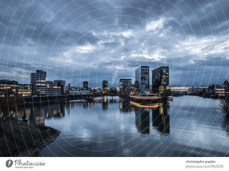 Düsseldorf, Medienhafen Deutschland Stadt Stadtzentrum Skyline Hafen Bauwerk Zollhof medienhafen Städtereise Wolken Nachthimmel Haus Hochhaus Bankgebäude