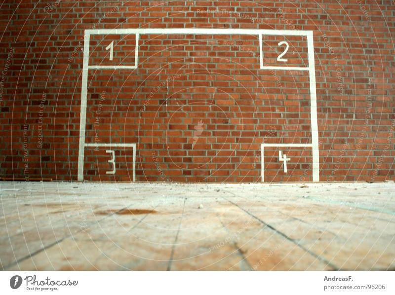 1, 2, 3 oder 4 schießen zielen Mathematik Sporthalle Wand Backstein Mauer Ruine 10 verfallen Ballsport Tor Tortwart werfen Handball rechnen Ziffern & Zahlen