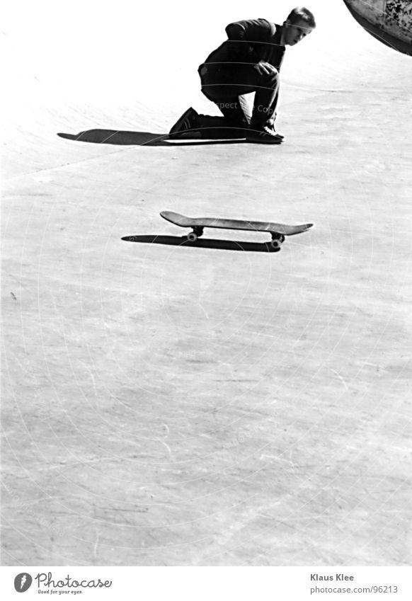 Style Mann weiß schwarz Sport Spielen Kunst Lifestyle Coolness Skateboarding Konzentration Sportveranstaltung Rolle