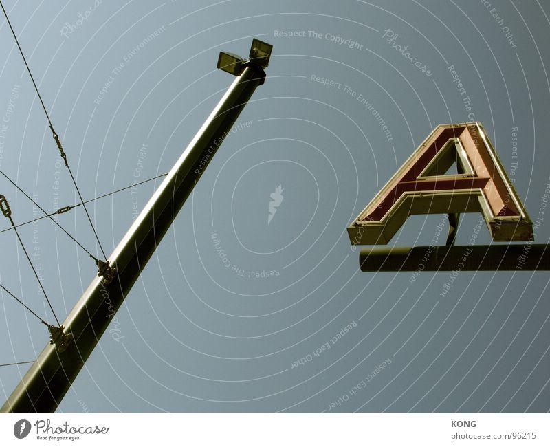 1 A 1a Leitung Lampe Buchstaben Hongkong Licht himmelblau Werbung graphisch Detailaufnahme Schriftzeichen Erste Klasse Strommast Nordpol power lines großes a