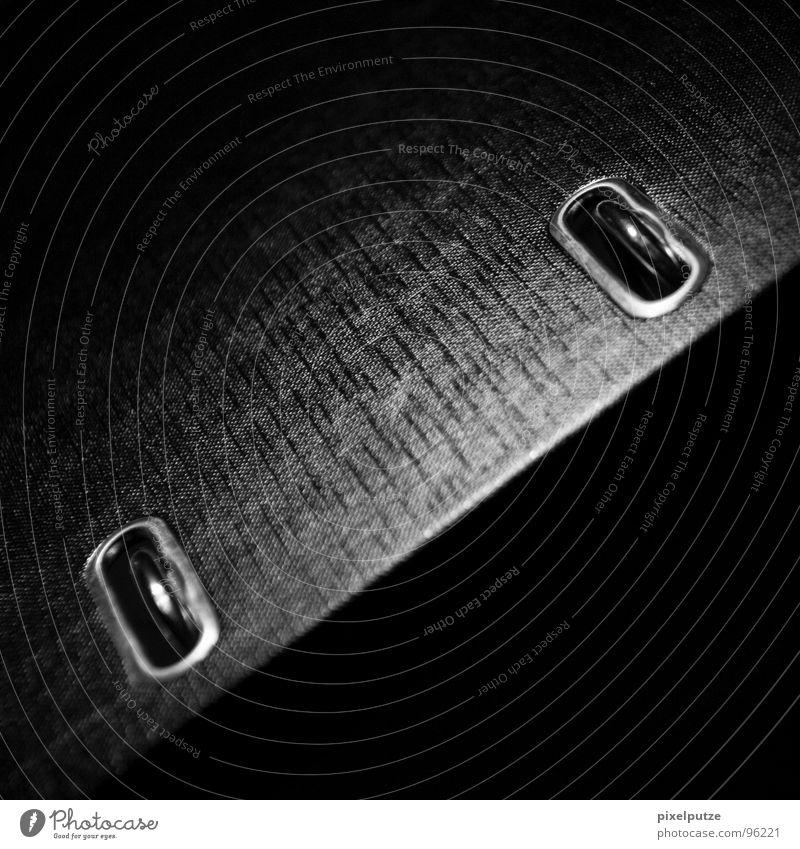 quak schwarz dunkel Dinge Ordnung Öse Halterung aufmachen schließen Lichteinfall Werkstatt Lichtpunkt Linearität bewegungslos Quadrat Sportveranstaltung