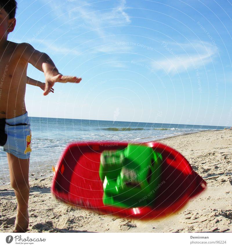 """""""Ich hab keine Lust mehr..."""" Kind blau Meer Sommer Strand Freude Wolken Spielen Sand Wasserfahrzeug Spielzeug Wut werfen Spielplatz Ärger Dänemark"""