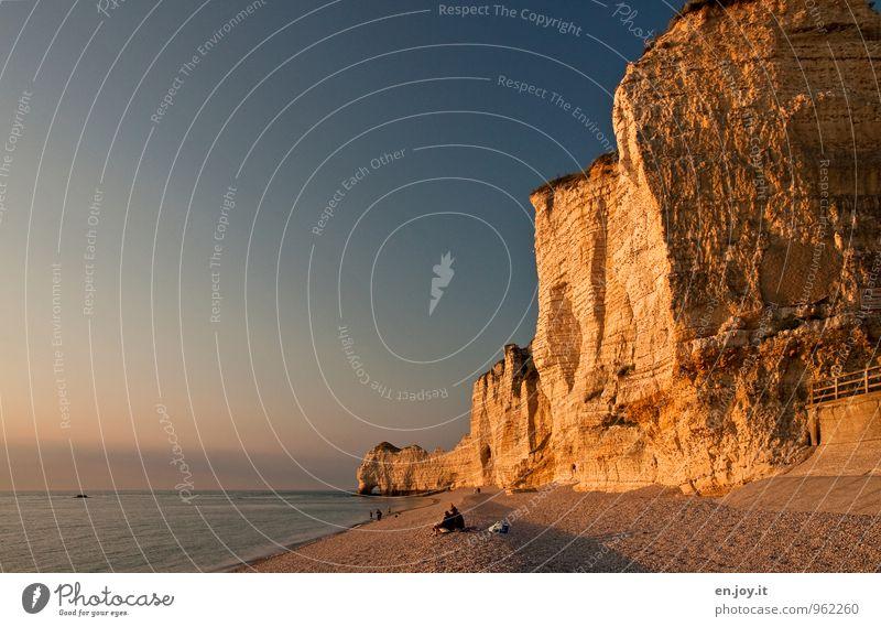 Ausklang Ferien & Urlaub & Reisen blau Sommer Meer Landschaft Strand Ferne Küste Felsen Horizont Paar Idylle gold Tourismus Klima Ausflug