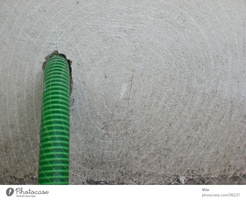 Schlauch weiß grün Farbe Wand Garten dreckig Streifen obskur Loch Putz Gartenschlauch