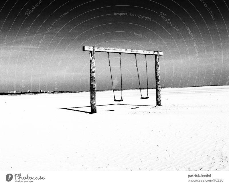 Strandschaukel Himmel weiß Ferien & Urlaub & Reisen Sommer Freude Strand Einsamkeit Ferne Umwelt dunkel Landschaft Holz Sand Küste Traurigkeit Kindheit