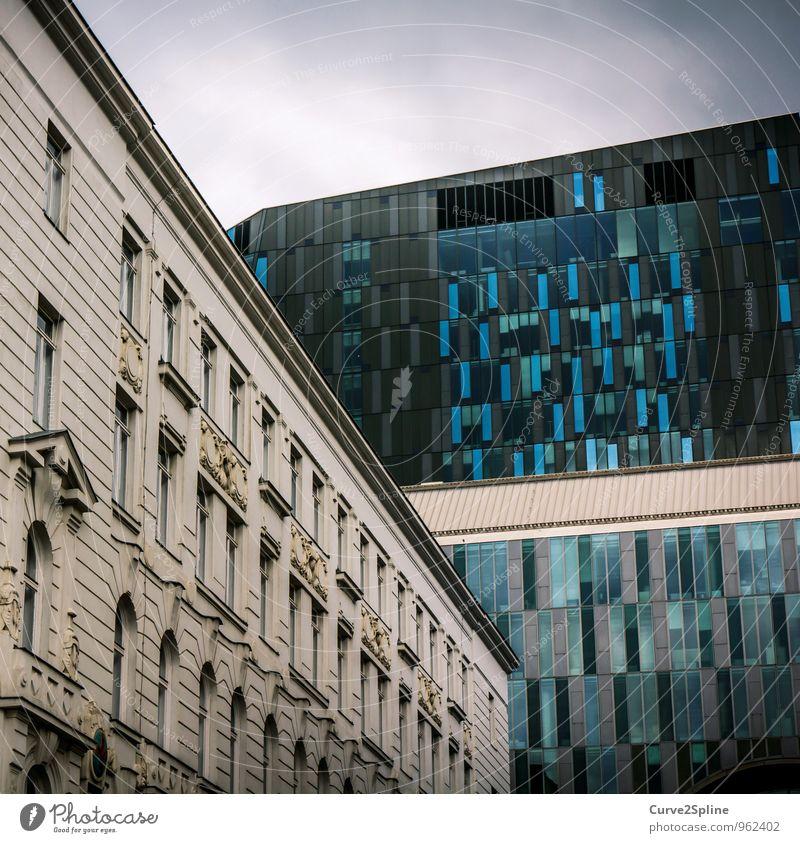 Kontrast Wien Stadt Hauptstadt Haus Bauwerk Gebäude Architektur Mauer Wand Fassade Kraft Altbau Fenster blau Hochhausfassade Industrie Bankgebäude kalt Farbfoto