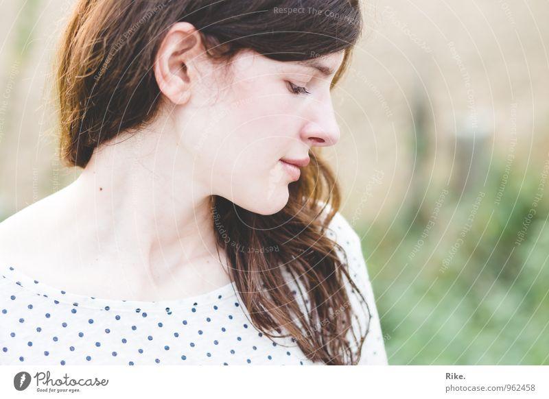 Erinnerung. Mensch feminin Junge Frau Jugendliche Erwachsene Gesicht 1 13-18 Jahre Kind 18-30 Jahre brünett langhaarig Denken Lächeln träumen schön natürlich