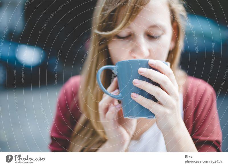 Genusszeit. Ernährung Frühstück Kaffeetrinken Slowfood Getränk Heißgetränk Kakao Tee Tasse Gesundheit Gesunde Ernährung Wellness Mensch feminin Junge Frau