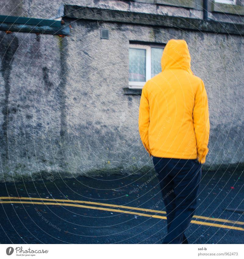 glwlns Lifestyle maskulin Junger Mann Jugendliche 1 Mensch 18-30 Jahre Erwachsene schlechtes Wetter Regen Stadt Stadtzentrum Haus Mauer Wand Fenster Fußgänger