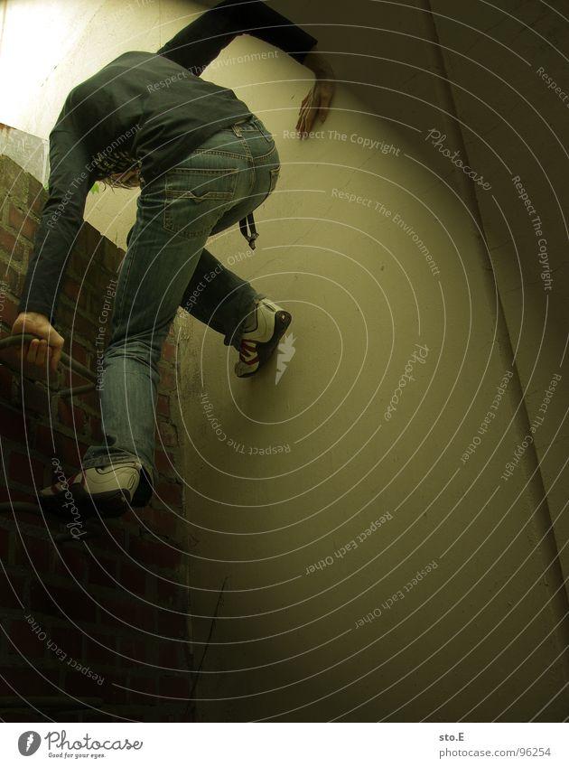 escape@ausbruchversuch Licht Körperhaltung Wand Mauer Nische Schacht Backstein Haus gefangen gestellt blenden aufsteigen steigend schwarz weiß T-Shirt Hose