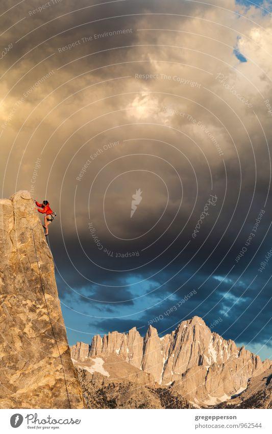 Mensch Mann Wolken Erwachsene Erfolg Seil Abenteuer Gipfel Höhenangst Klettern Mut Gleichgewicht selbstbewußt Top Bergsteigen Inspiration