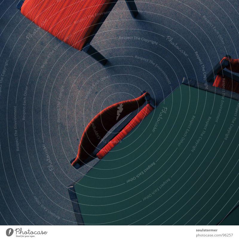 Take a seat! alt grün rot grau Zusammensein Schulgebäude Tisch leer Studium Bodenbelag Stuhl lesen Bildung Möbel eng Langeweile