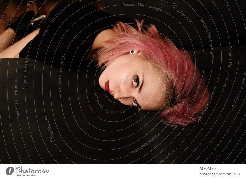 pink Junge Frau Jugendliche Haare & Frisuren Gesicht 18-30 Jahre Erwachsene Sofa T-Shirt Damenschuhe langhaarig Punk liegen träumen warten ästhetisch