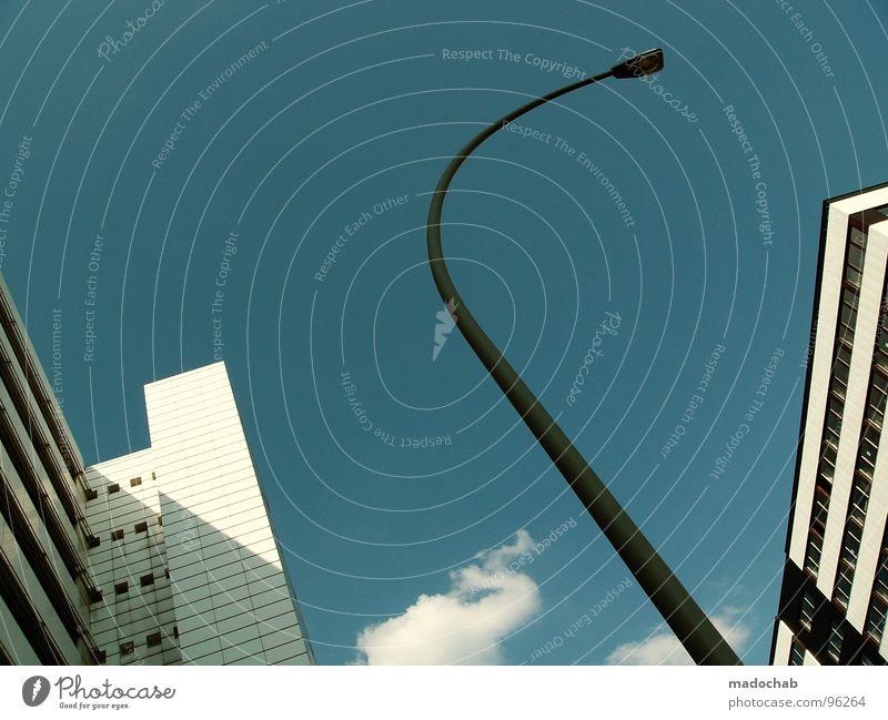 CONTINUE RISING Himmel blau Stadt Wolken Haus kalt Leben Architektur Bewegung Gebäude Lampe hell hoch Hochhaus Geschwindigkeit Häusliches Leben