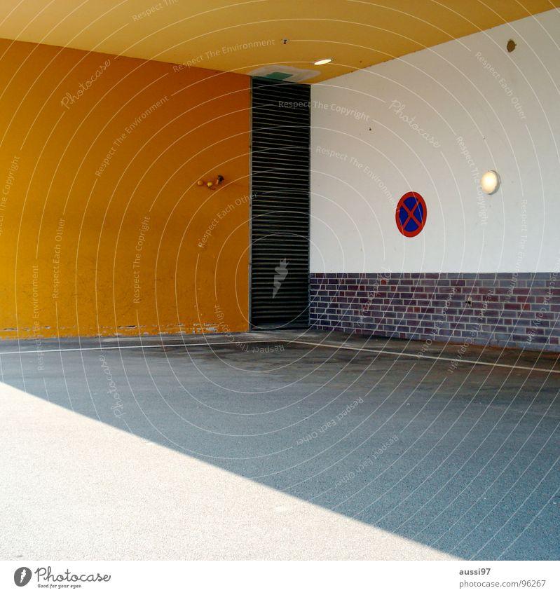 Haltverbot I Halteverbot Verbote gelb Mauer Lampe Straßennamenschild Parkplatz Bauweise modern Licht/Schatten gemauert Ecke Schilder & Markierungen Ordnung